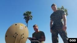 美國海軍陸戰隊員利用太空資源傳遞作戰信息(美國國防部長照片)