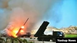 북한이 지난달 14일 단거리 발사체 3발과 300㎜로 추정되는 신형 방사포 2발을 발사했다고 한국 합동참모본부가 밝혔다. 사진은 북한 조선중앙 TV에서 보도한 군부대 포 실탄사격 훈련 장면. (자료사진)