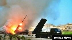 북한이 14일 단거리 발사체 3발과 300㎜로 추정되는 신형 방사포 2발을 발사했다고 한국 합동참모본부가 밝혔다. 북한 조선중앙 TV에서 보도한 군부대 포 실탄사격 훈련 모습.