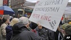 Prosvjednik koji podržava saslušanje u Kongresu o ulozi muslimana u terorizmu na američkom tlu, drži parolu na prosvjedu 6. ožujka, 2011. u New Yorku (AP Photo/Henny Ray Abrams)