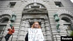 有人在旧金山的联邦第九巡回上诉法院外面抗议旅行禁令