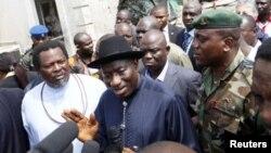 굿럭 조너선 나이지리아 대통령(중간).