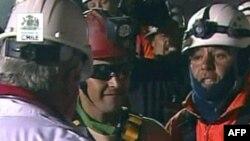В центре в солнцезащитных очках - Флоренсио Авалос, первым освобожденный из-под завала