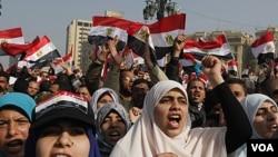 Para perempuan Mesir ikut memadati Lapangan Tahrir dalam perayaan setahun tergulingnya Hosni Mubarak, Rabu (25/1).