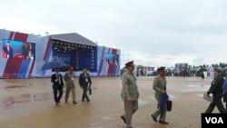 巴基斯坦三軍參謀長(前排左一)與其他俄軍軍官在去年夏季的莫斯科武器展上。(美國之音白樺攝)