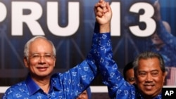 PM Malaysia Najib Razak (kiri) dan wakilnya Muhyiddin Yassin merayakan kemenangannya setelah memenangkan pemilu di Kuala Lumpur, Malaysia, 6 Mei 2013 (Foto: dok).