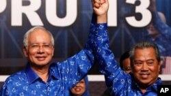马来西亚总理纳吉布(左) 同他的副手副总理慕尤丁亚辛(右)赢得选举之后2013年5月6日在吉隆坡庆祝选举胜利