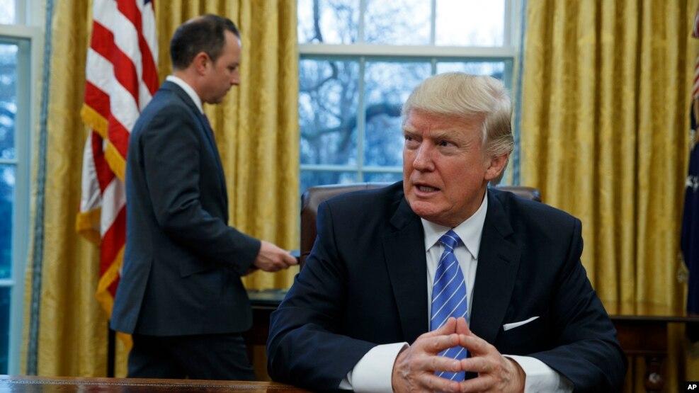 Tổng thống Hoa Kỳ Donald Trump ngồi trong Phòng Bầu dục của Toà Bạch Ốc, Washington, 23/1/2017.