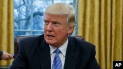 Tổng thống Donald Trump ban hành lệnh ngưng thuê mướn nhân viên làm việc cho chính phủ liên bang.