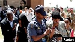 Nhiều người không cầm được nước mắt sau khi đến viếng linh cữu ông Mandela tại Tòa nhà Union Buildings ở Pretoria.