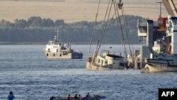 Tàu du lịch bị chìm được trục vớt lên từ sông Volga, ngày 23/7/2011