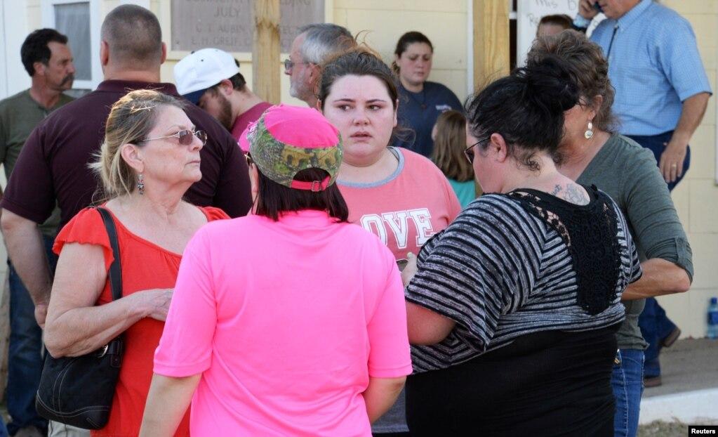 Родственники собираются в местном клубе в ожидании сообщений властей. Сазерленд-спрингс, Техас. 5 ноября 2017.