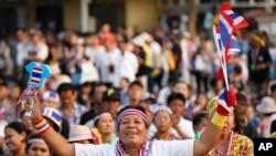 방콕 민주주의 기념탑에 모인 태국의 반정부 시위대
