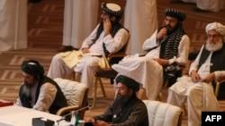 Mullah Abdul Ghani Baradar, umwe mu bashinze umutwe w'Abataribani muri Afuganisitani afata ijambo mu biganiro.