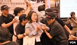 劉小麗被多名保安人員粗暴驅逐離場。(美國之音湯惠芸)