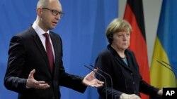 Ukrajinski premijer Arsenij Jacenjuk i nemačka kancelarka Angela Merkel na konferenciji za novinare u Berlinu