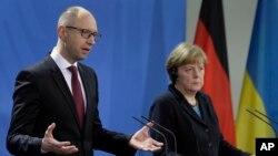 ប្រធានាធិបតីអ៊ុយក្រែន លោក Arseniy Yatsenyuk និងលោកស្រី Angela Merkel អធិការបតីអាល្លឺម៉ង់ជួបជាមួយអ្នកយកព័ត៌មាននៅបន្ទប់អធិការបតីក្នុងទីក្រុងប៊ែឡាំង ប្រទេសអាល្លឺម៉ង់ កាលពីថ្ងៃទី៨ ខែមករា ឆ្នាំ២០១៥។