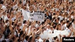 """En la Plaza Sant Jaume en Barcelona, donde está el palacio de gobierno de Cataluña, los manifestantes allí gritaron: """"¡Queremos dialogar!""""."""