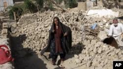 巴基斯坦發生強烈地震後房屋倒塌﹐遍地瓦礫