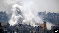 Khói bốc lên từ nơi Israel oanh kích ở Gaza City 23/7/14