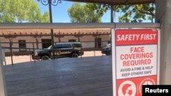 Perintah menggunakan masker wajah atau menghadapi denda di tengah merebaknya pandemi virus corona (COVID-19) di Santa Fe, New Mexico, AS, 9 Juli 2020.