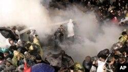 Турецька поліція розганяє прихильників опозиційної газети Zaman у Стамбулі
