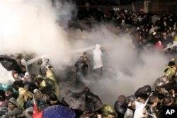 Cảnh sát xịt hơi cay và vòi rồng vào người biểu tình tụ tập phản đối bên ngoài tòa báo Zaman ở Istanbul, ngày 5 tháng 3, 2016.