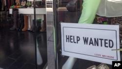 Quảng cáo cần thuê người trước một cửa hàng quần áo ở Los Angeles, 7/12/12. Số người xin trợ cấp thát nghiệp giảm mạnh trong 4 tuần liên tiếp