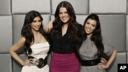 "FILE - Stars of the reality show ""Keeping Up with the Kardashians,"" Khloe Kardashian, center, Kim Kardashian, left, and Kourtney Kardashian, pose for a photo in Los Angeles, March 26, 2009."
