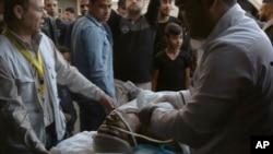 Ranjeni Palestinac koga su upucali izraelski vojnici blizu granice