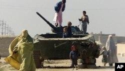 Deca u Avganistanu igraju se na vrhu napuštenog sovjetskog tenka