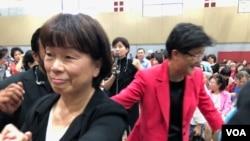 在2019年10月12日于尔湾南海岸中华文化中心举行的读者见面会上龙应台女士与粉丝握手