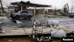 Instalasi listrik di Guayama, Puerto Rico tampak porak-poranda pasca dilanda badai Maria, Rabu (20/9).