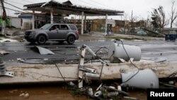 """Uništeni strujni vodovi posle udara uragana """"Marija"""" u Gvajami u Portoriku, 20. septembar 2017."""