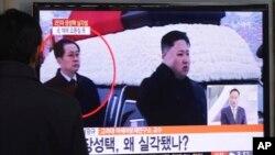 Tayangan TV Korsel memperlihatkan, Jang Song Thaek (belakang) mendampingi Kim Jong-Un dalam sebuah upacara di Pyongyang (foto: dok).