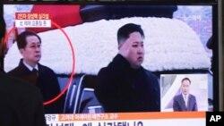 Tayangan televisi memperlihatkan Jang Song Thaek mendampingi Kim Jong-Un dalam sebuah upacara di Pyongyang (foto: dok).