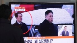 Ông Kim Jong Un, 30 tuổi, xem ông Jang (phía sau) người hơn gấp đôi tuổi mình, như một đối thủ.