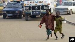 Enfants talibés mendiant à Dakar, au Sénégal, le 31 août 2010