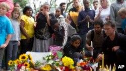Dân chúng đốt nến và đặt hoa trước nhà cựu Tổng thống Nelson Mandela ở Johannesburg, 6/12/13