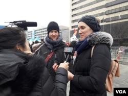 13일 서울에서 열린 평창동계올림픽 성화봉송 행사를 보러 나온 외국인 관광객들이 VOA와 인터뷰했다.
