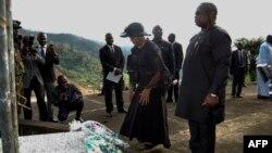 Le président de la Sierra Leone, Julius Maada Bio, à droite, et son épouse Fatima Bio ont déposé des fleurs sur le site de commémoration des victimes du glissement de terrain à Freetown, le 14 août 2018.