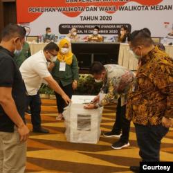 Proses rekapitulasi hasil penghitungan suara Pilkada Medan, Selasa 15 Desember 2020. (Foto courtesy: KPU Medan).