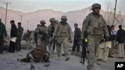 Soldados americanos no local de uma explosão em Cabul, Afeganistão (Dezembro 2010)