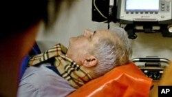 Paramedis membawa mantan PM Romania Adrian Nastase ke rumah sakit di Bucharest (20/6). Natashe berupaya bunuh diri dengan menembak lehernya sendiri setelah dijatuhi hukuman dua tahun penjara atas dakwaaan korupsi.