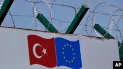 土耳其一個移民遣返中心內展示的土耳其及歐盟旗幟