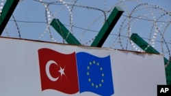 Dinding berkawat duri mengelilingi pusat deportasi di Pehlivankoy, Kirklareli, Turki (4/4). (AP/Ergin Yildiz)