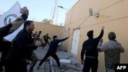 Протестувальники в Іраку намагаються пошкодити зовнішній паркан Посольства США в Багдаді, 31 грудня 2019 року