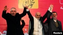 Afg'onistondagi o'zbeklar yetakchisi general Abdurashid Do'stum (chapda) prezidentlikka nomzod Ashraf G'ani Ahmadzay (markazda) bilan, Kobul, Afg'oniston.