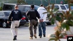 Polisi wa idara ya uhamiaji na forodha Marekani wakiwa kazini