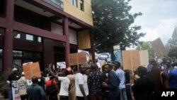 """Des militants guinéens de """"Balai Citoyen Guinee"""" participent à une manifestation devant la cour constitutionnelle de Conakry, le 19 septembre 2018."""